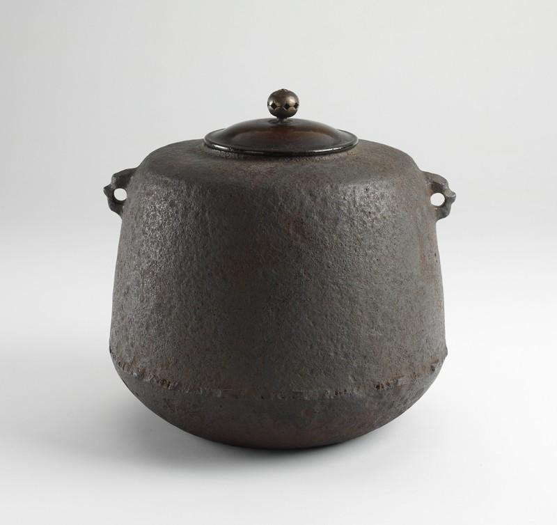 Iron tea kettle (EA2010.17, oblique, closed           )