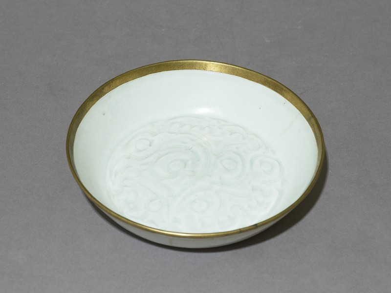 White ware dish with floral decoration (EAX.1163, oblique          )