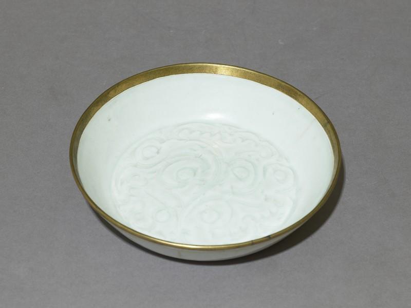 White ware dish with floral decoration (EAX.1163, oblique          )