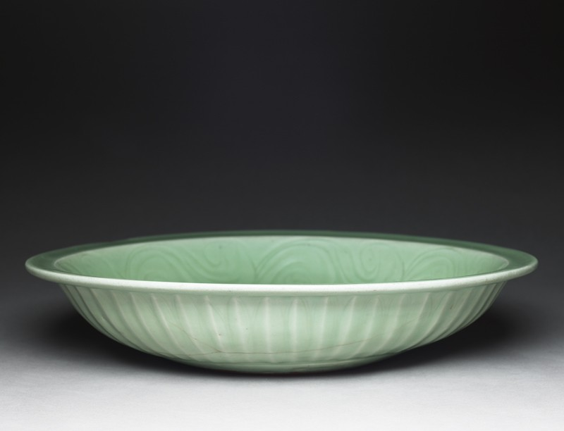 Greenware dish with fish (oblique          )