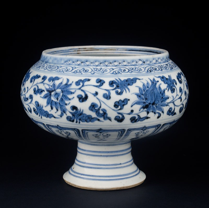 Blue-and-white stem bowl with lotus flowers and mandarin ducks (oblique          )