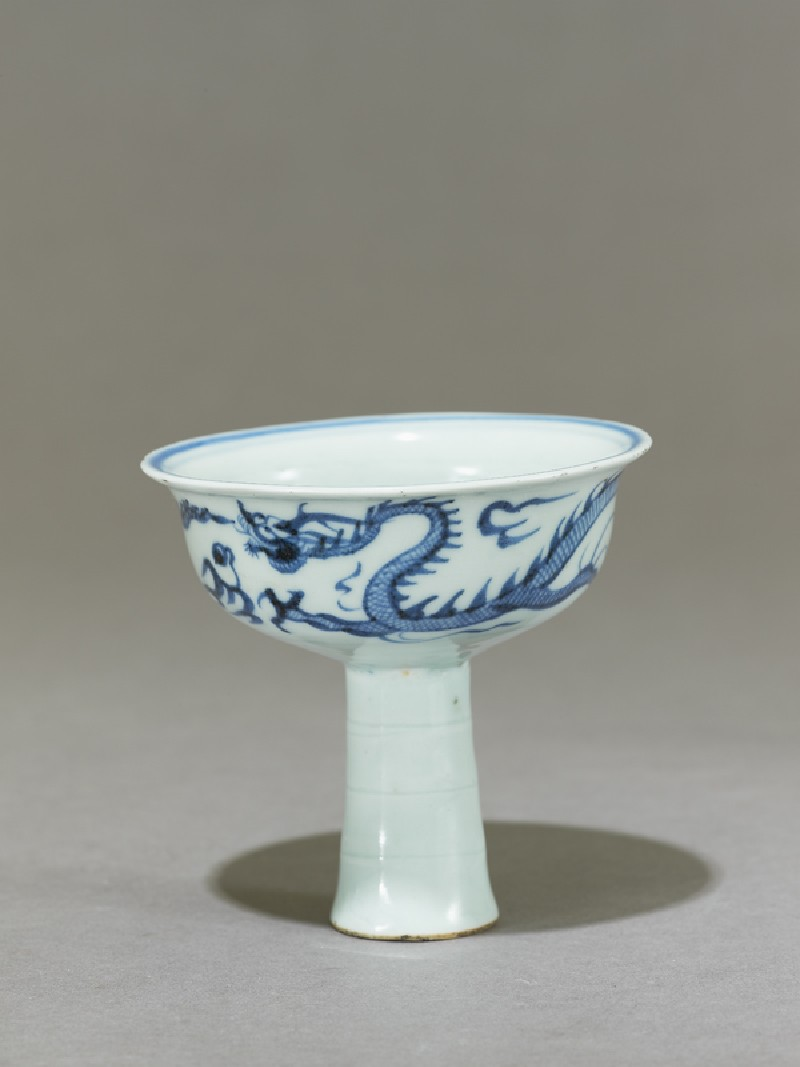 Blue-and-white stem cup with a dragon and flower (side          )