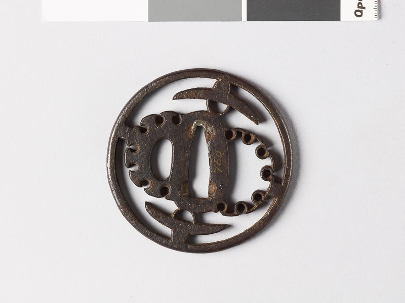Round tsuba with hats and stylized snow heaps (front           )