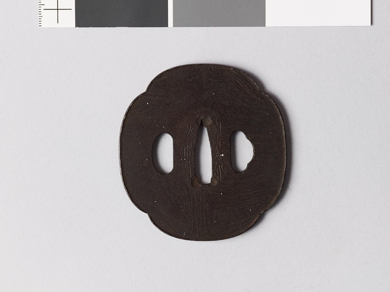 Mokkō-shaped tsuba with raised edge (front           )