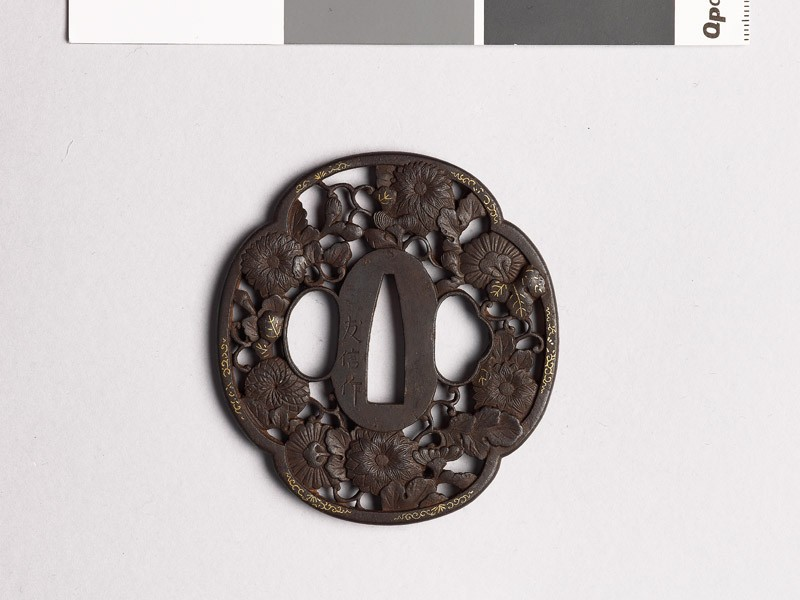 Mokkō-shaped tsuba with chrysanthemums (front           )