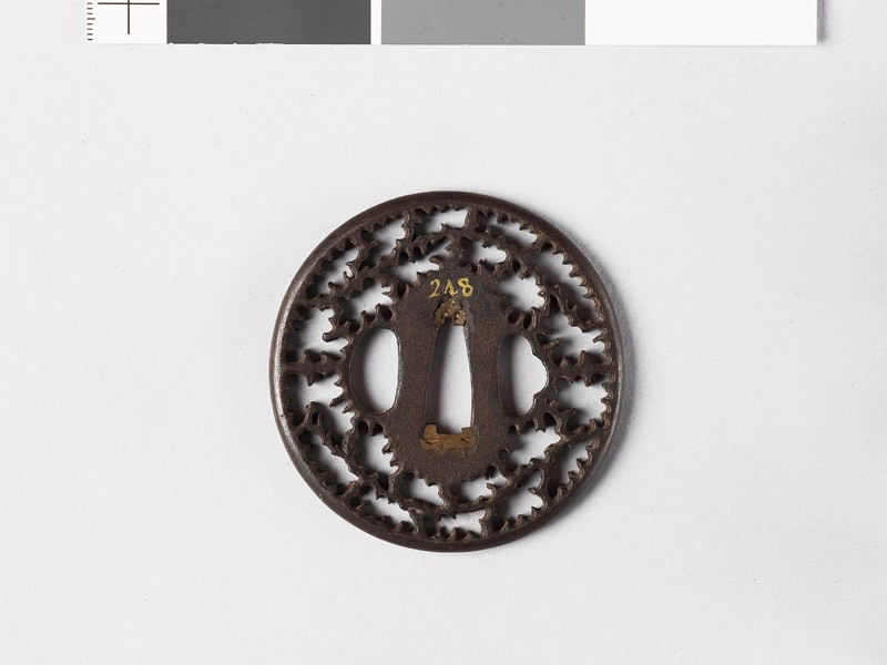 Round tsuba with cusps