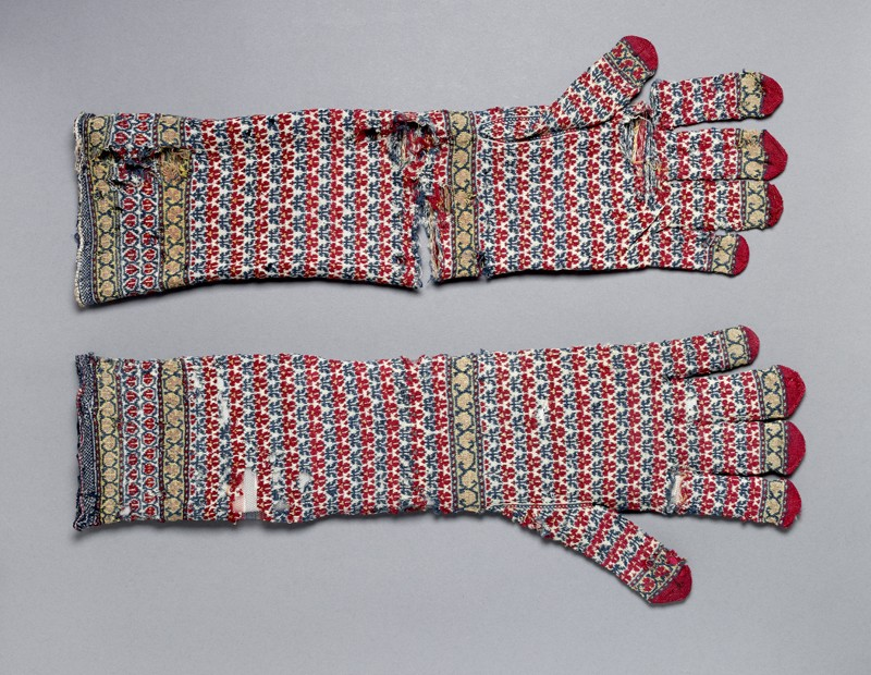Pair of long knitted gloves (side          )