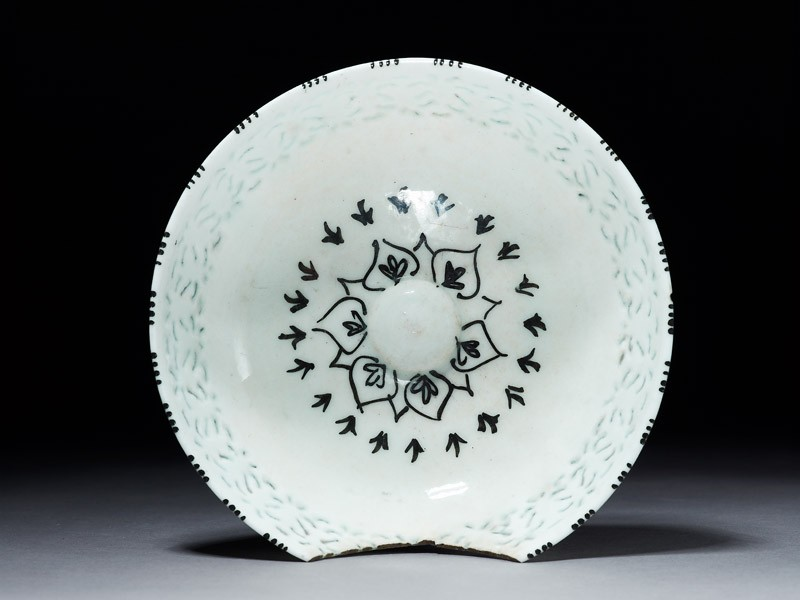 Bowl with pierced decoration (top          )