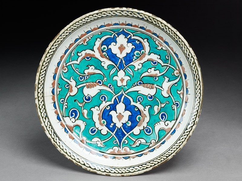Dish with floral decoration (top          )