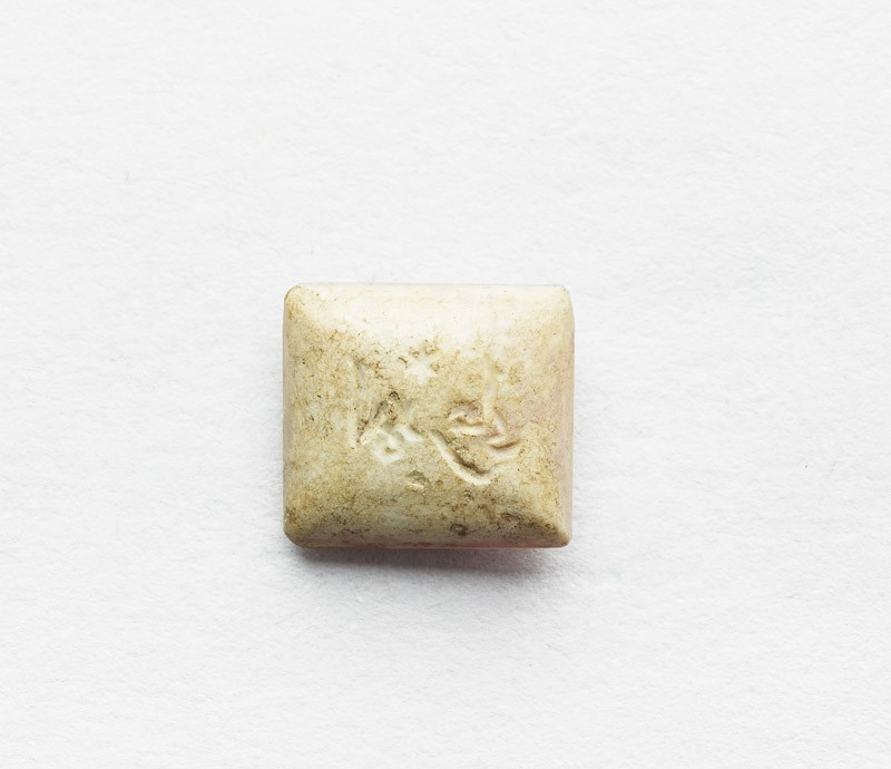 Rectangular cabochon seal with inscription in cursive script and star decoration (front          )