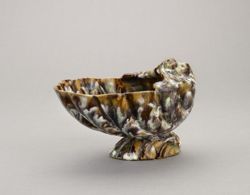 Pouring vessel in shape of two shells