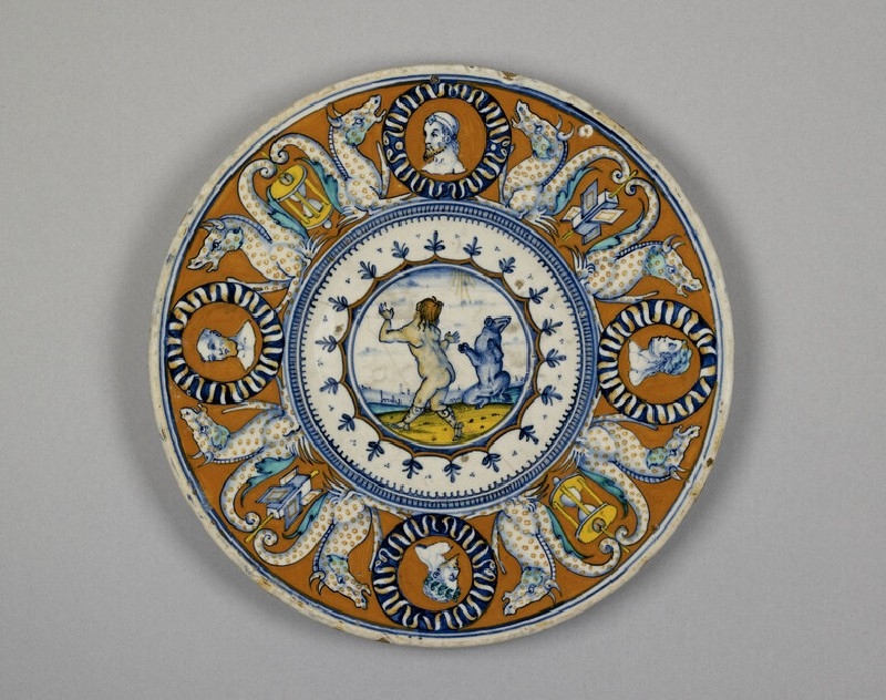 Plate with a dancing bear
