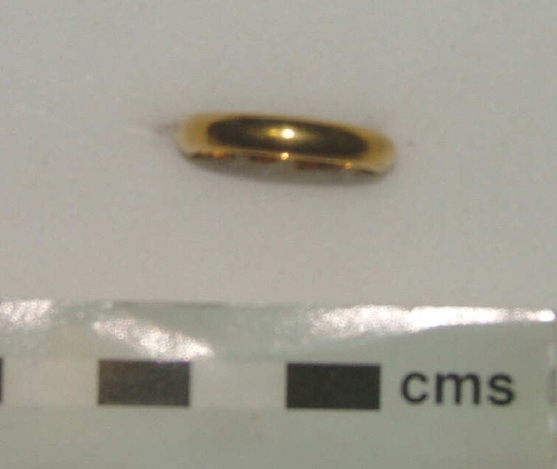 Gold posy ring, with circular hoop engraved: Nos coeurs unis en Dieu (AN1933.1604, record shot)