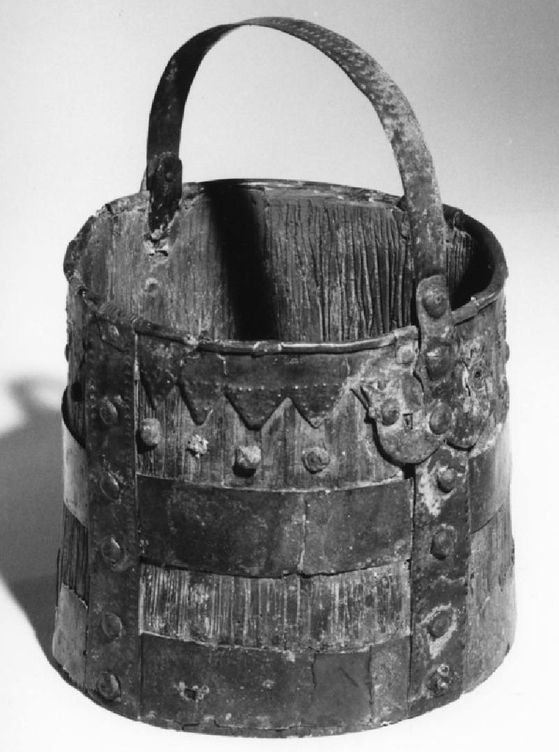 Bucket fitting mounted on reconstructed pail