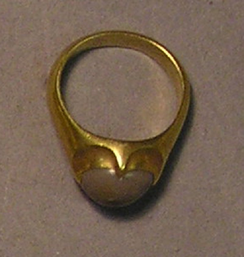 Finger-ring with toad-stone in a four-clawed setting (AN1940.225, record shot)