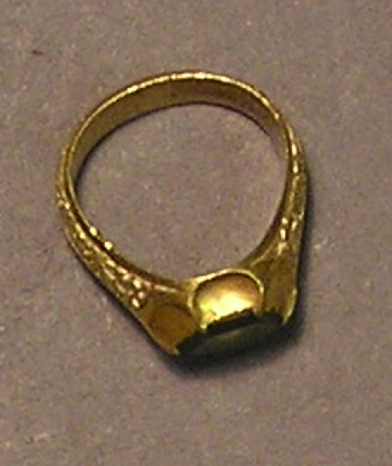 Large gold finger ring with flat hexagonally faceted peridot (AN1940.227, record shot)