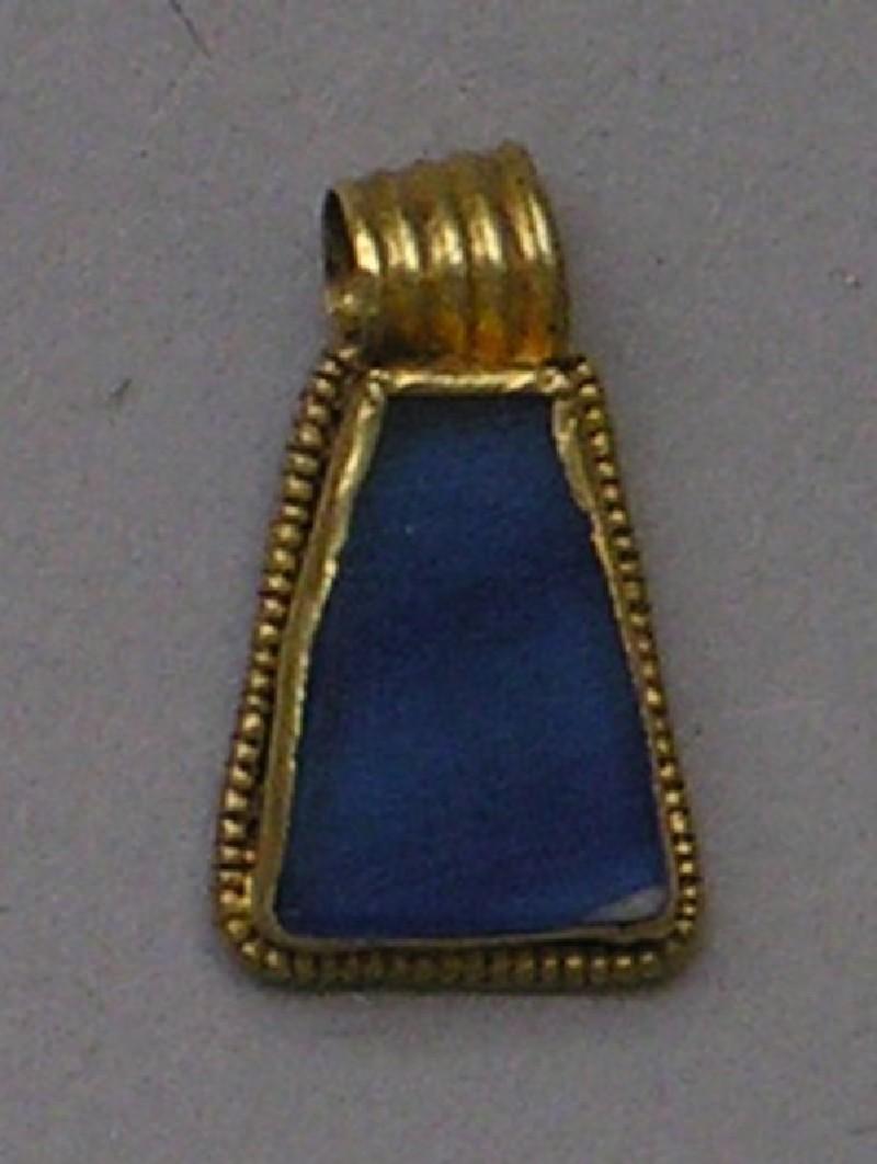 Gold pendant set with lapis lazuli or glass