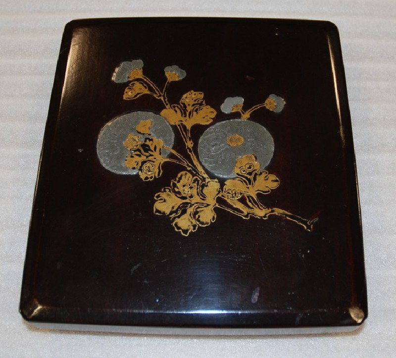 Lacquer writing box (suzuribako) with a design of chrysanthemums, in the style of Honami Kōetsu