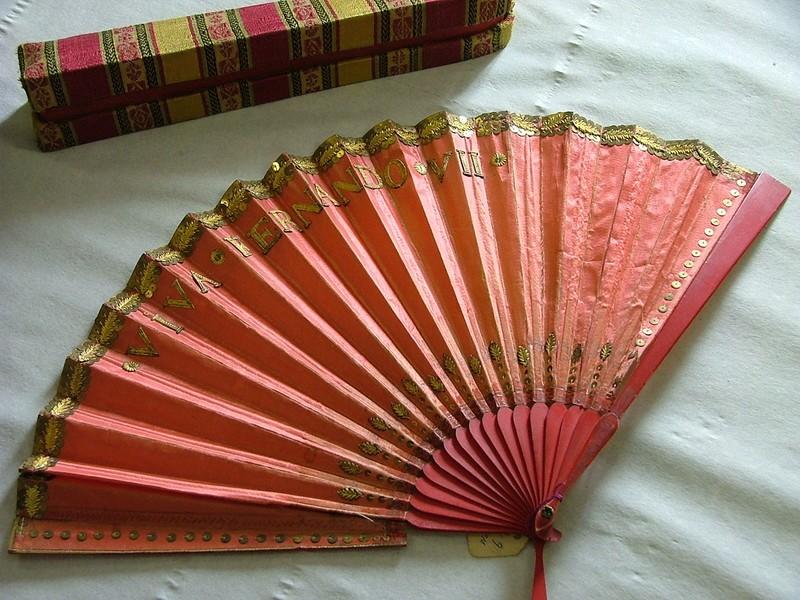 Folding fan of pink silk: Viva Fernando VII