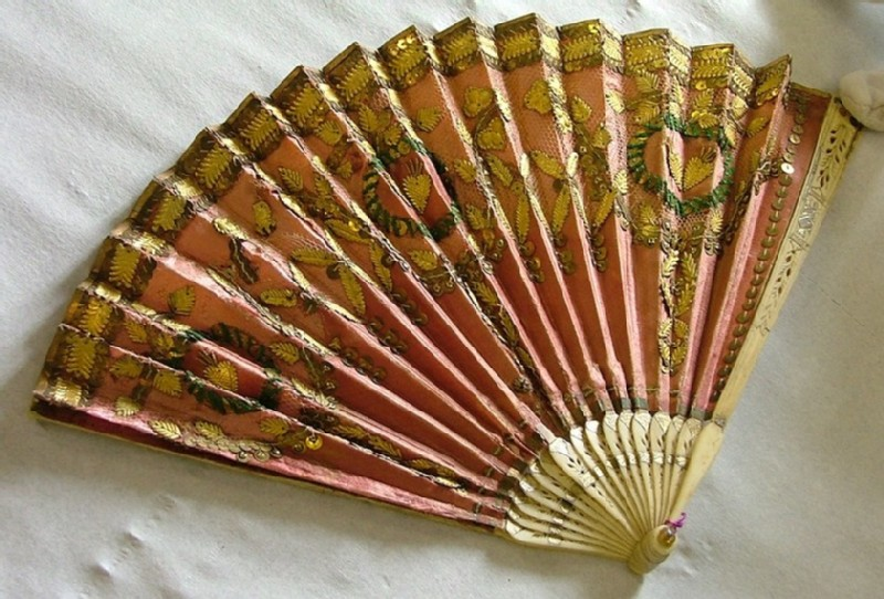 Folding fan of pink silk with hearts and leaves decoration