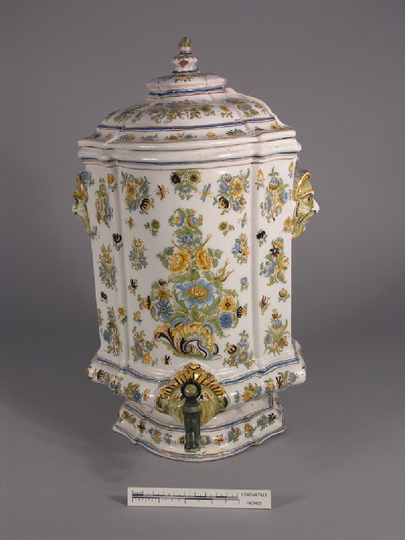 Water or wine fountain and lid
