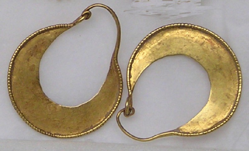 Gold earrings, crescent-shaped, pair (AN1873.144, record shot)