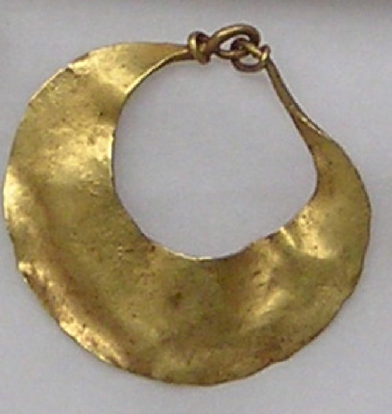 Lunate gold earring with raised border