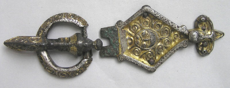 Buckle with bird-head terminal