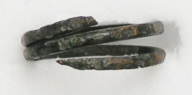 Finger-ring spiral with one end forming a head
