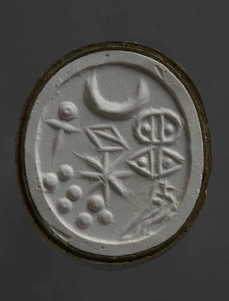 Scaraboid stamp seal depicting mirror, crescent, bisected lozenge, star and seven dots (AN.1913.769)