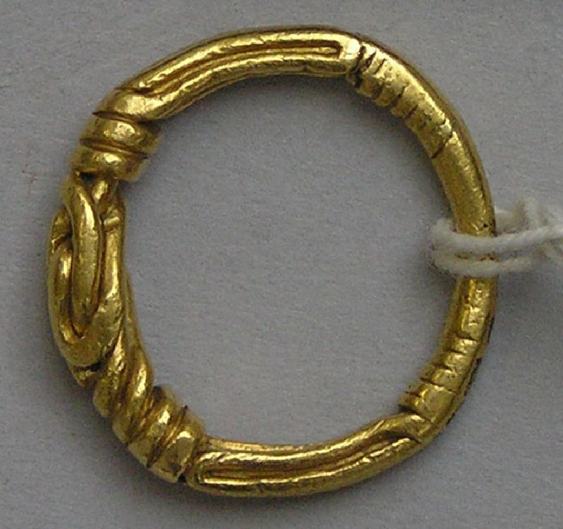 Finger-ring with knotted bezel