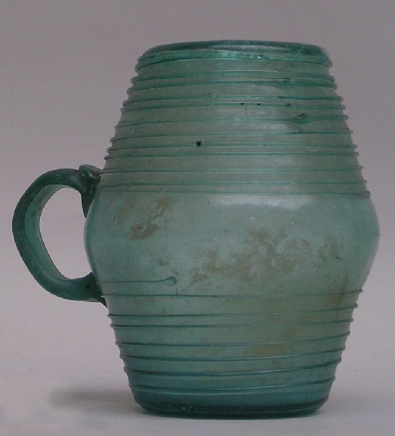 Barrel-shaped glass vessel