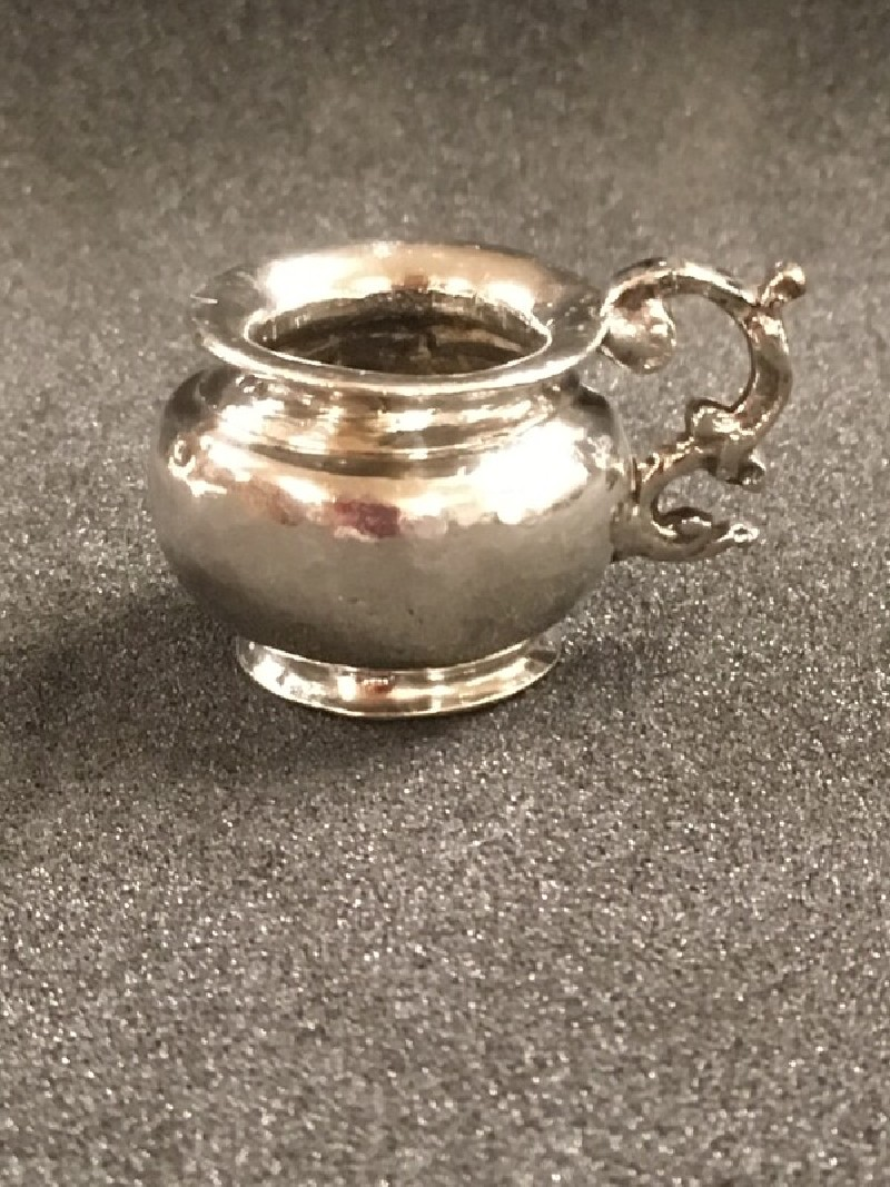 Miniature chamber pot